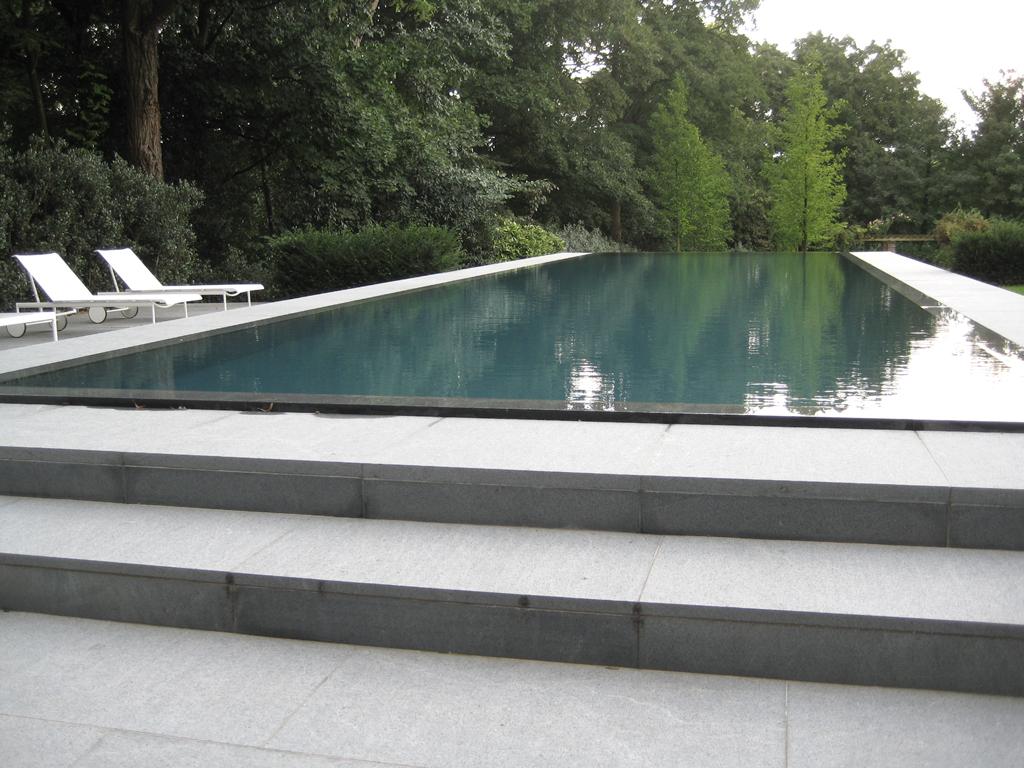Hedendaags tuinontwerp moderne tuin met strak zwembad for Vacature tuin