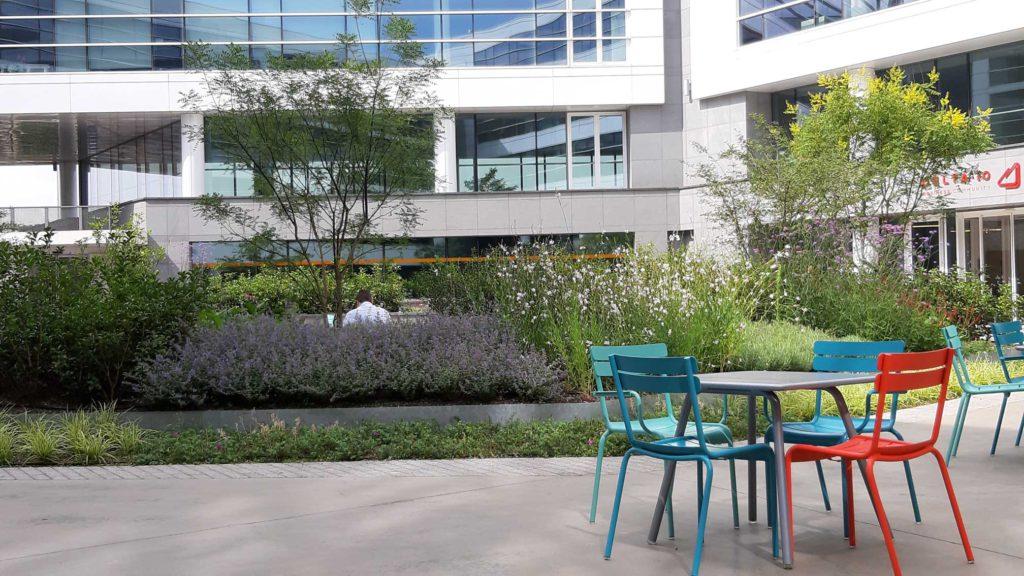 Jules Cockx buitenplein met tafels en stoelen