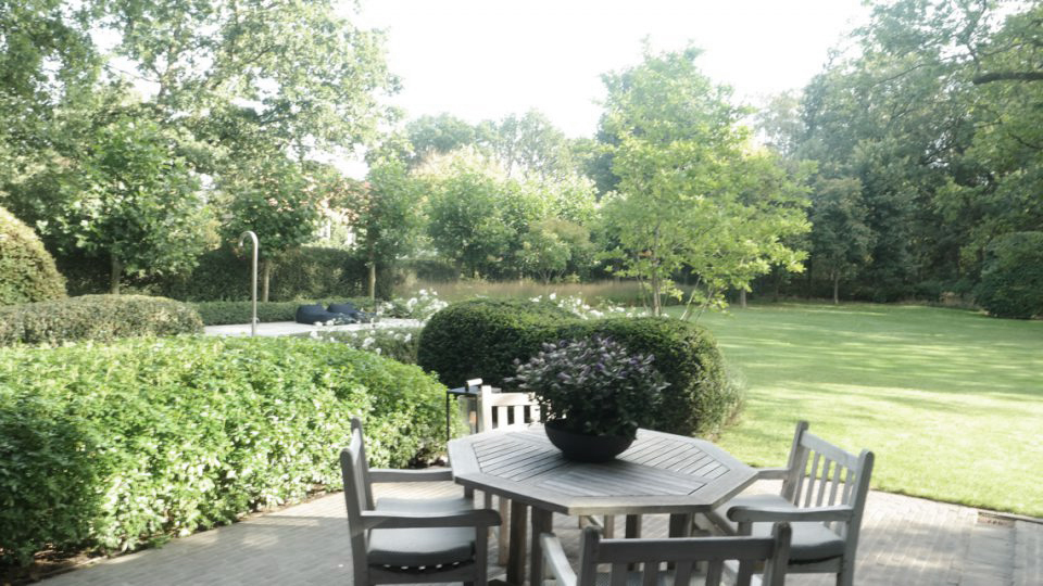 Tuintafel met stoelen villatuin in Noord-Antwerpen