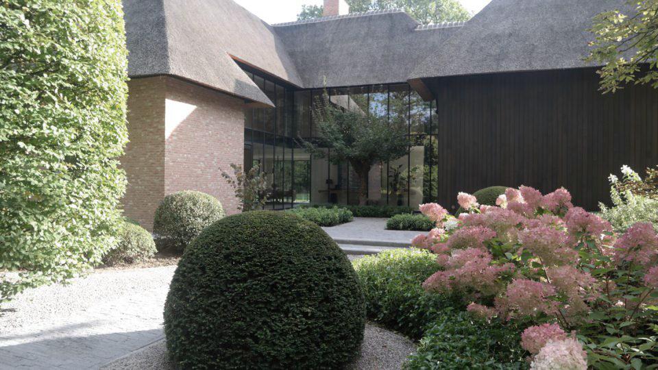 aanzicht woning vanuit de tuin